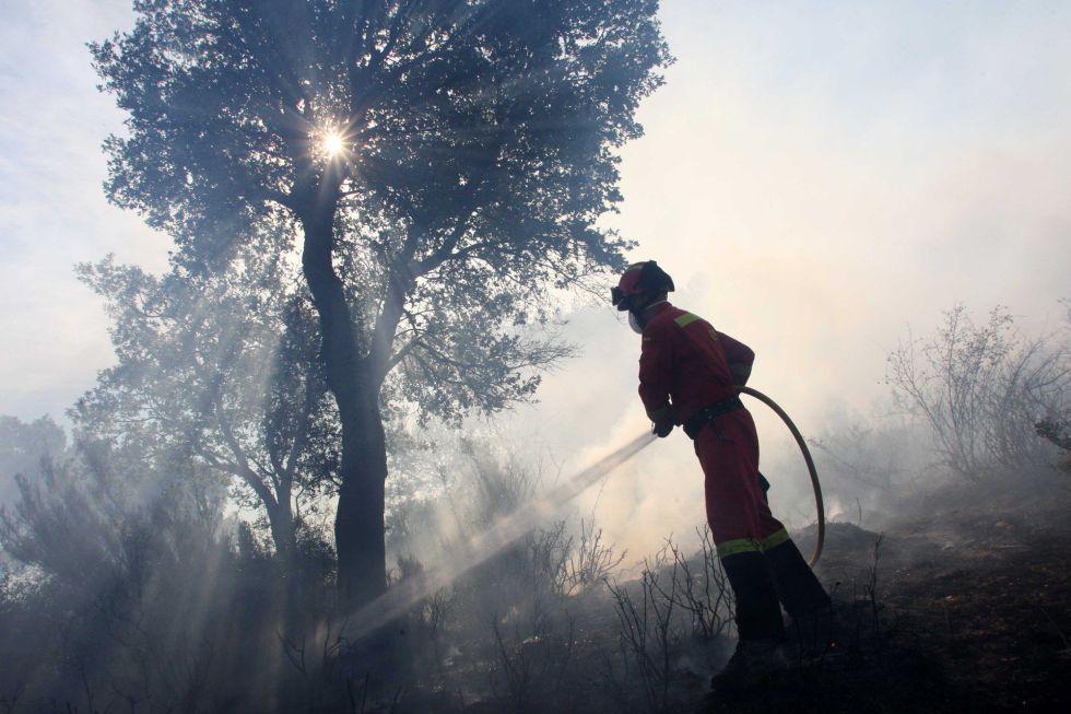 Unidades del ejercito, UME, en plena actuación en el incendio forestal del Empordà cerca de Sant Climent Sescebes (Girona).