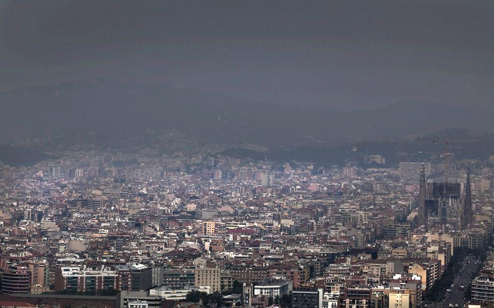 Vista de la ciudad de Barcelona, desde la Torre Mapfre, rodeada de humo por los incendios del Alt Empordá.