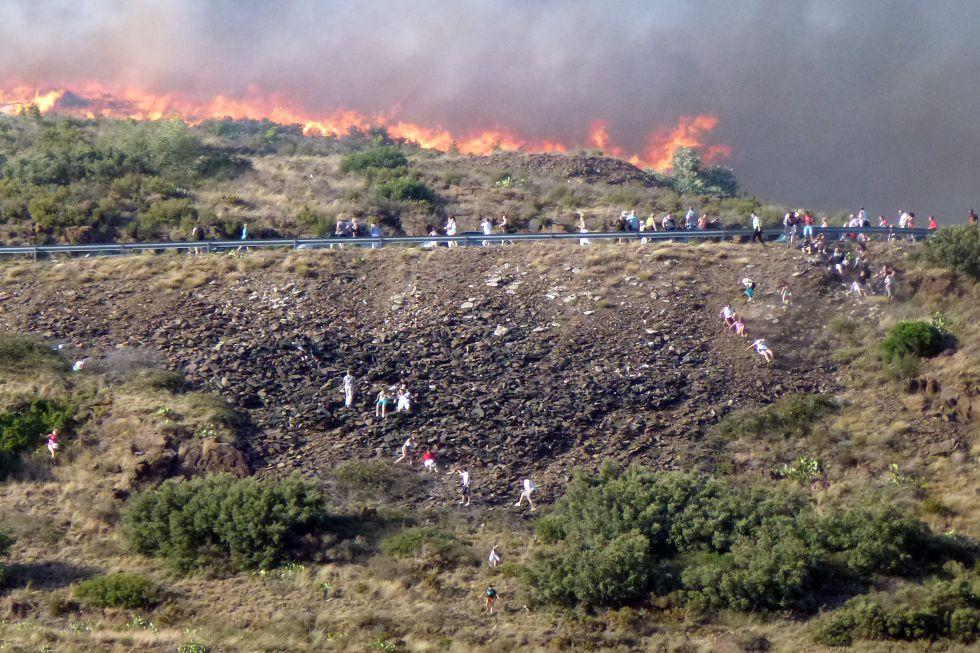 Acantilado de Portbou (Girona) por donde intentaba escapar la gente acorralada por el fuego, el domingo 22 de junio.