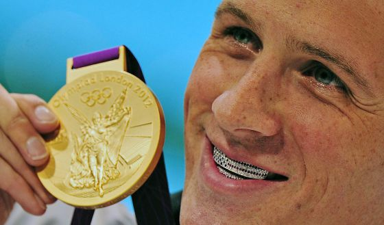 Ryan Lochte con la medalla de oro que ganó el sábado 28 de julio en la prueba de los 400 metros mixtos, en los Juegos Olímpicos de Londres 2012.