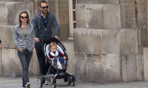 La actriz Natalie Portman pasea con Benjamin Millepied y su hijo Aleph el pasado mes de junio.