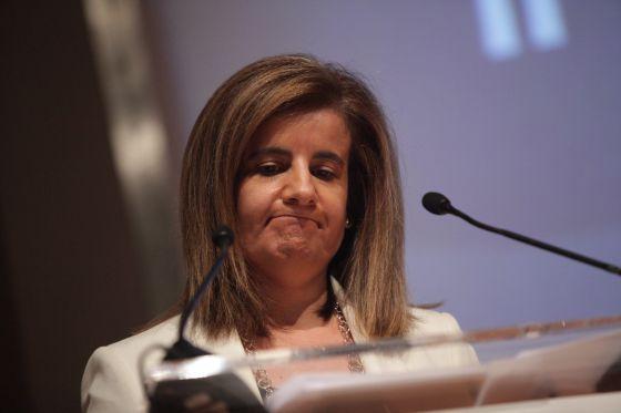Labor Minister Fátima Báñez speaks to reporters in July.