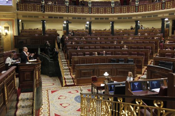 Deputies in a near-deserted Congress listen to Finance Minister Cristóbal Montoro.
