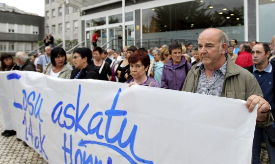 Supporters of ETA prisoner Iosu Uribetxebarria protest outside the Hospital Donostia on Wednesday.