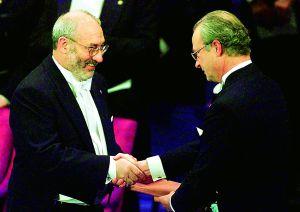 Stiglitz recibe el Nobel de manos de Carlos Gustavo, rey de Suecia.