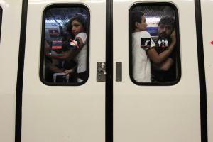 Viajeros apretados en un vagón de metro en la estación de Sol.