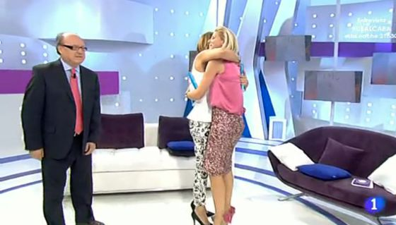Mariló Montero y Anne Igartiburu se abrazan en el plató de '+ Gente' ante la mirada del doctor Luis Gutiérrez.