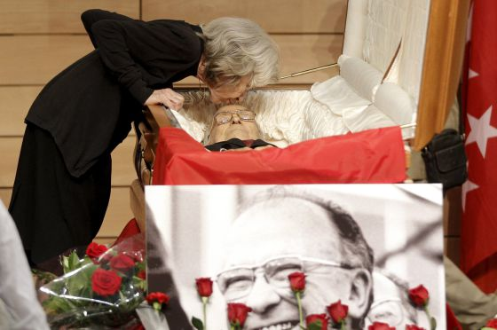 Santiago Carrillo's widow, Carmen Menéndez, kisses her hsband's forehead in the CCOO's Marcelino Camacho hall in Madrid.
