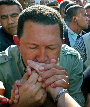 Hugo Chávez, besando a sus seguidores en Porto Alegre (Brasil), en enero de 2003.
