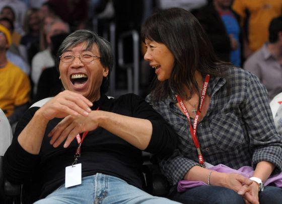 El empresario y filántropo Patrick Soon-Shiong, con su esposa Michele Chan, en un partido de Los Ángeles Lakers.