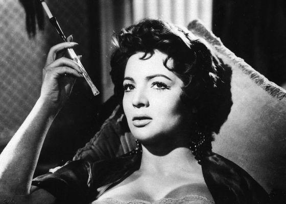 Sara Montiel, caracterizada de María Luján, fumando y esperando en un destartalado cabaret de Barcelona en 'El último cuplé' (Juan de Orduña, 1957), gran éxito internacional del cine español. Aquí nació su estrella.