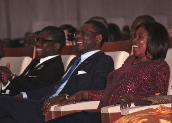 La pareja presidencial de Guinea Ecuatorial, junto a su hijo, Teodorín Nguema Obiang, en el concierto de Julio Iglesias del pasado lunes en Malabo.
