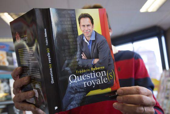 La portada del libro 'Question(s) royale(s)', del periodista belga Fréderic Deborsu.