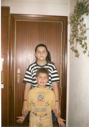 Una imagen de infancia cedida por José Ortiz en la que aparece con su prima Maika. Él tiene ahora 28 años; ella, 34.