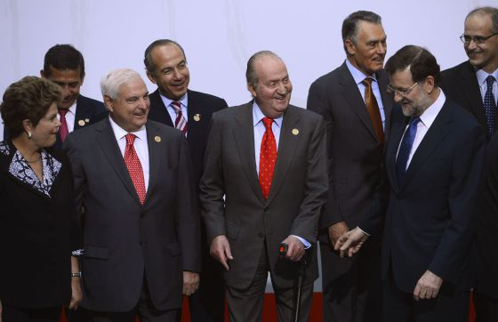 Panama's President Ricardo Martinelli, Spain's King Juan Carlos and Spain's Prime Minister Mariano Rajoy react as they pose for a family photo as part of the XXII Iberoamerican Summit.