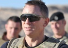 Bond presenta su filme a los soldados en Afganistán