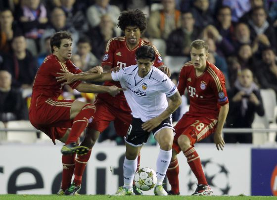 Valencia's Ever Banega battles with (l to r) Javi Martínez, Dante and Holger Badstuber.