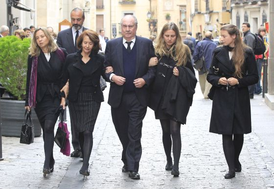 PUGNA POR UN TÍTULO CREADO POR CARLOS I EN EL SIGLO XVI  El duque del Infantado, Íñigo de Arteaga y Martín, le arrebató en los tribunales el título de marqués de Laula a su primo Íñigo Moreno de Arteaga, que lo ostentó durante 49 años, y se lo cedió a su hija Carla en 2011. En la imagen, el duque del Infantado junto a su familia en el funeral de su hijo Íñigo, que murió el pasado 14 de octubre en un accidente de avioneta.