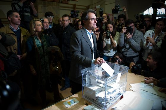 Catalan premier Artur Mas of the CiU nationalist bloc casts his ballot for regional elections on Sunday.