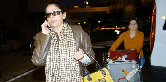 Isabel Pantoja, con su teléfono móvil.