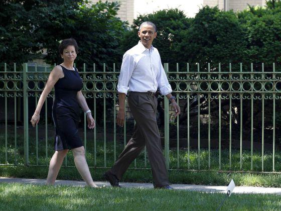 Valerie Jarrett y Barack Obama a las afueras de la residencia de un amigo cercano del presidente.