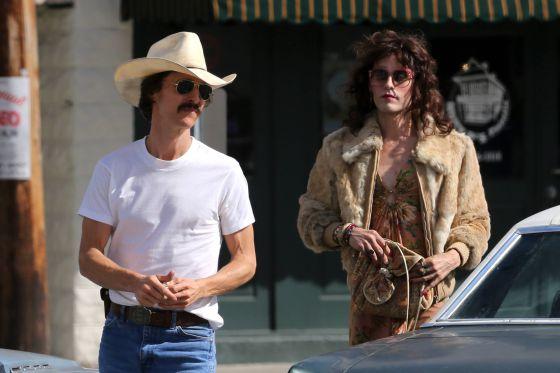 Jared Leto es otro actor que se ha transformado para esta película. En la imagen, interpreta a un travesti junto al delgado Matthew McConaughey.