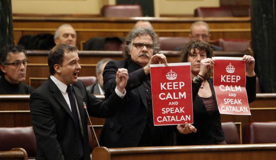 Catalan Republican Left lawmaker Alfred Bosch (l) flanked by members of his party in Congress on Wednesday.
