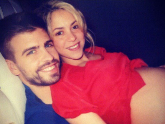 Shakira y Piqué esperan a su hijo en una reciente fotografía que colgaron en las redes sociales.