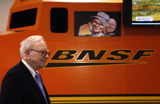 Tras adquirir la ferroviaria Burlington Northern Santa Fe, Warren Buffett lanzó acciones baratas para pequeños inversores.