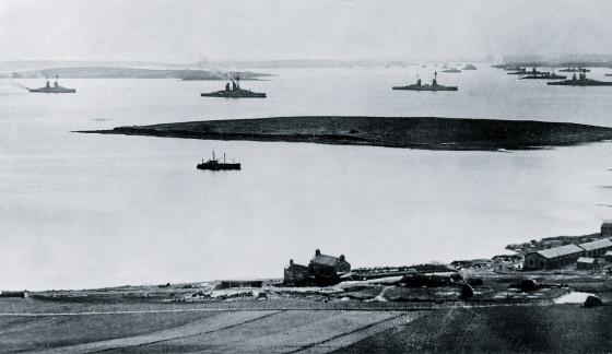 La flota alemana -74 buques- fue conducida por los británicos a Scapa Flow en 1918, donde permaneció custodiada junto a sus 1.800 marineros.