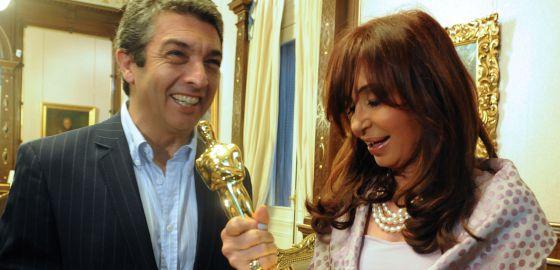 Cristina Fernández de Kirchner, con Ricardo Darin y su Oscar, ganado en 2010.