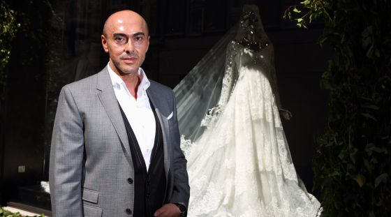 El diseñador Manuel Mota, con una de su creaciones.