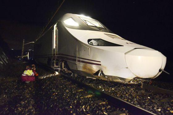 Un operario observa el tren descarrilado esta noche en Ourense.