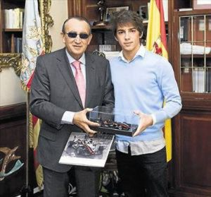 Then-Castellón provincial chief Carlos Fabra with Roberto Merhi in 2010.