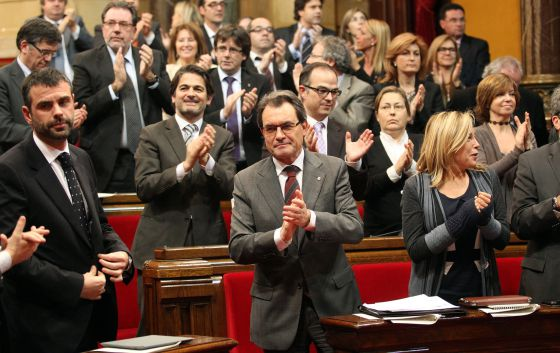 Premier Artur Mas (center) leads the applause in Catalonia's parliament after the sovereignty vote on Thursday. rn