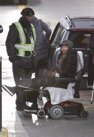 Naomi Campbell fue fotografiada en Nueva York el pasado 19 de diciembre subida en una silla de ruedas. Un mes antes había sufrido una rotura de ligamento tras ser atracada en París.
