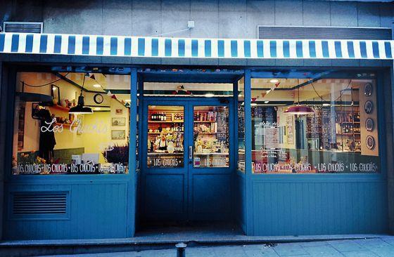 La entrada de Los Chuchis Bar, en Madrid (cAmparo 82).