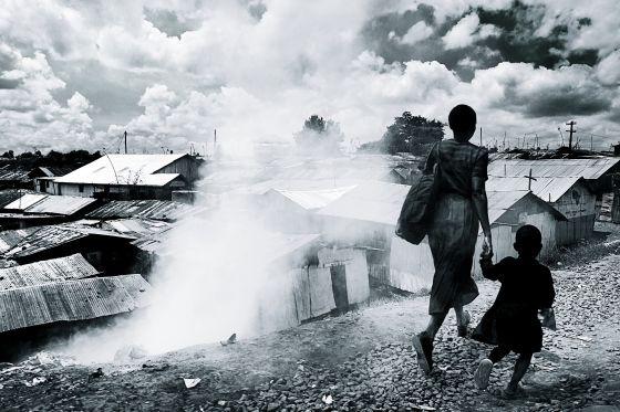 El millón aproximado de habitantes de Kibera han levantado un paisaje metálico de aluvión repleto de basura que nadie recoge.