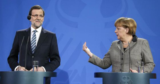 German Chancellor Angela Merkel (r) and Spanish Prime Minister Mariano Rajoy address a news conference at the Chancellery in Berlin.