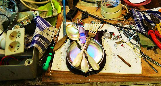 La mesa de trabajo del artista Mateo Maté.