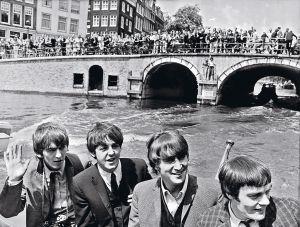 Los Beatles, durante un paseo turístico, en 1964.  A la derecha, Jimmy Nicol aparece, en sustitución  de Ringo, junto a Lennon, McCartney y Harrison.