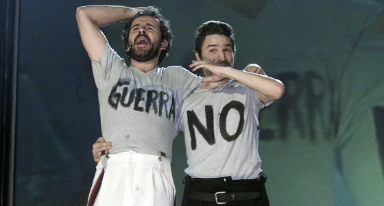 The actors Willy Toledo (l) and Alberto San Juan say no to war at the 2003 Goya Awards ceremony.
