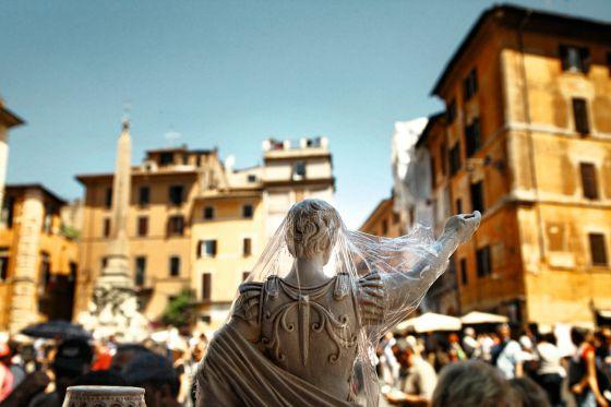 Una estatua en una tienda de recuerdos de la plaza del Panteón en Roma.