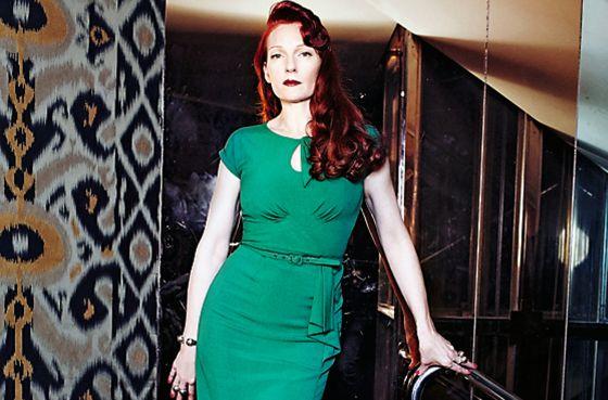 Vernon lleva vestido verde 'vintage', zapatos de Casadei y anillos  de doble esfera y brazalete de su colección Paradise Found. Estilismo de Deborah Pereire