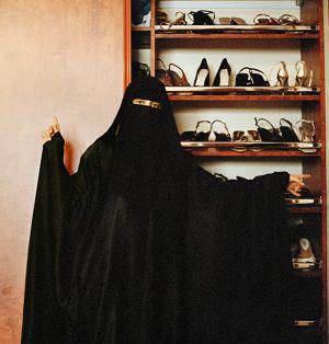 La escolarización de las saudíes y las nuevas tecnologías han abierto una brecha entre la realidad y sus expectativas. En la imagen, la colección de zapatos de una mujer.