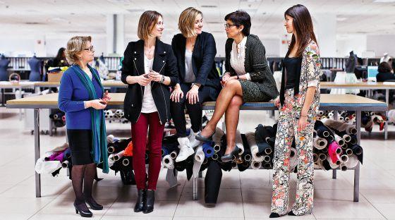 El equipo de diseño formado por Socorro, Loreto, María y María Jesús, y la modelo Tere (de izquierda a derecha).