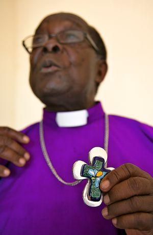 El arzobispo Sejonjo, excomulgado de la Iglesia anglicana de Uganda por defender alos homosexuales.