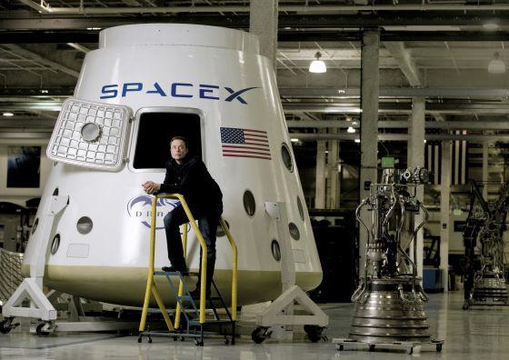 Elon Musk, ante la cápsula Dragon, en la planta de diseño de naves espaciales de su empresa, SpaceX, en Hawthorne (California).