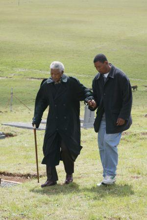 Nelson Mandela y su nieto Mandla, en el cementerio de la familia en Qunu, Ciudad del Cabo.
