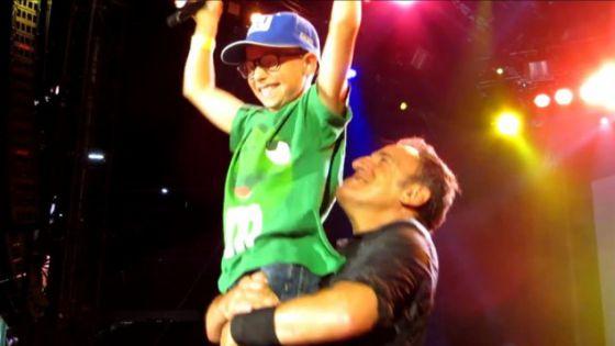Bruce Springsteen con el pequeño de la familia Oppenheim, Morty.